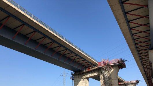 Ein Blick von unter der Brücke. Die Brücke links soll am 5. März an den Zwilling rechts hin verschoben. Ganz langsam.