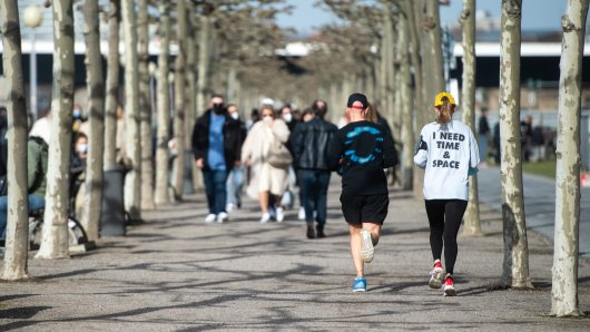 Jogger müssen an der Rheinpromenade in Düsseldorf Maske tragen. Fahrradfahrer aber nicht. (Archivbild)