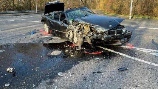 Der völlig zerstörte BMW. Der Fahrer ist von Zeugen bis zum Eintreffen der Polizei festgehalten worden. Er hat keinen Führerschein.