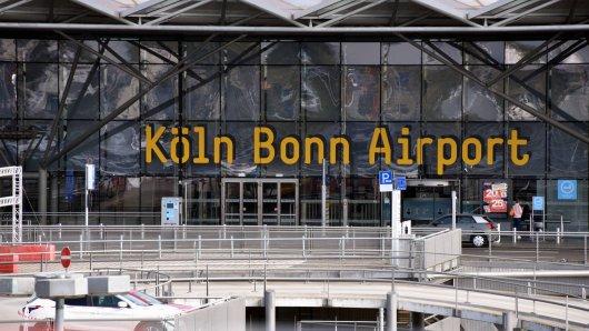 Am Flughafen Köln/Bonn wurde eine Mutter mit ihrem Kind aufgehalten. (Symbolbild)