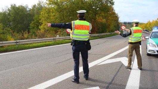 A40: Zwei Männer werden von der Bundespolizei kontrolliert. Die Beamten entdecken Unglaubliches. (Symbolbild)