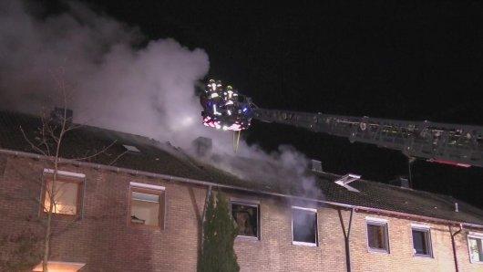 Nach einem Wohnhausbrand in Neuss (NRW) ist für einen Hausbewohner jede Hilfe zu spät gekommen.