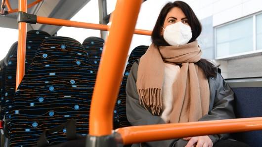 In NRW muss im gesamten ÖPNV ab sofort nur noch FFP2-Masken getragen werden. Alle anderen Schutzmasken sind unzulässig. (Symbolfoto)
