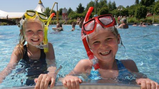 Freibad-Spaß für Kinder (Symbolbild).