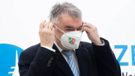 """Innenminister Reul hält Teile der """"Querdenken-Szene"""" für gefährlich."""