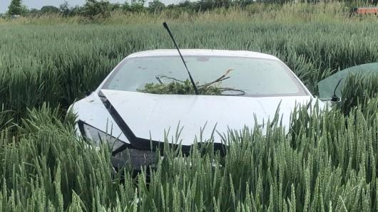 A2 bei Dortmund: Der weiße Lamborghini liegt in einem Kornfeld, ist völlig zerstört.