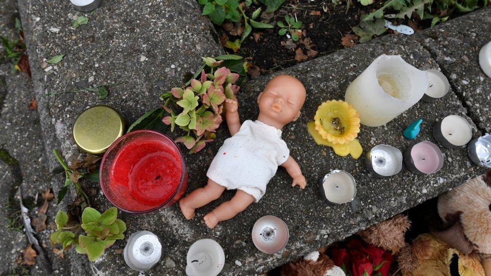 Vor dem Haus der Familie in Solingen hatten Nachbarn Kerzen in Gedenken an die getöteten Kinder aufgestellt. (Archivbild)