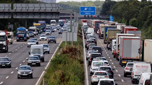 Reiserückkehrer müssen sich am letzten Ferienwochenende auf viele Staus in NRW einstellen. (Symbolfoto)