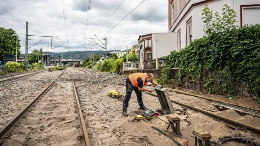 Nach dem Hochwasser in NRW arbeitet die Bahn daran, zerstörte Strecken wieder in Betrieb zu nehmen.