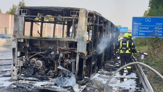 Auf der A46 in NRW brannte ein Bus vollständig aus.