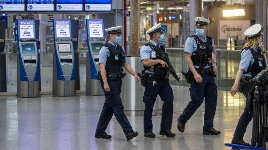 Polizisten fassten am Flughafen Düsseldorf einen Mann, der nach Dubai fliegen wollte. (Symbolbild)