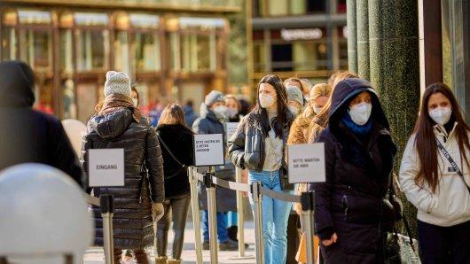 Die Maskenpflicht sollte im Winter in einigen Bereichen noch aufrecht erhalten bleiben. (Symbolbild)