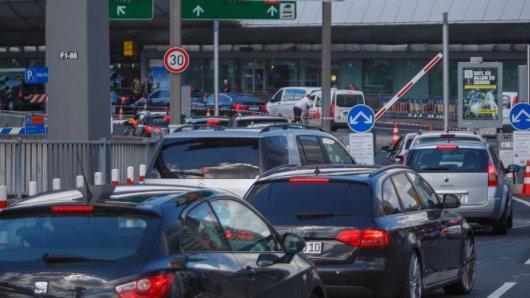 Flughafen Düsseldorf. Manche Besucherparken an einer sehr gefährlichen Stelle. (Symbolbild)