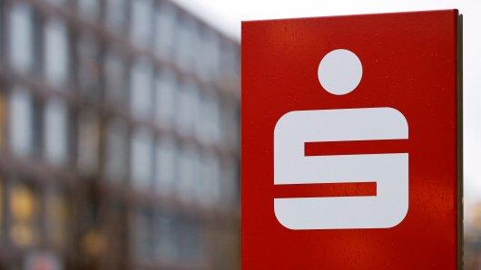 Sparkasse in NRW: Ein geistesgegenwärtiger Mitarbeiter konnte einen Betrug verhindern. (Symbolbild)
