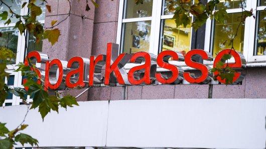 Sparkasse: Eigentlich sollte die Bank Zahlungen an ihre Kunden machen. Darum weigert sie sich aber. (Symbolbild)