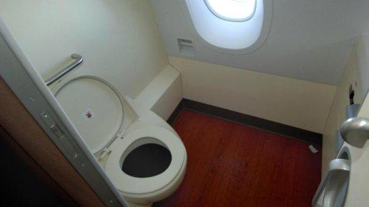 Der Inhalt der Bordtoilette wird in einem Tank gesammelt und am Flughafen entsorgt.