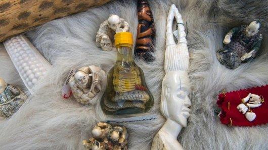 Wer exotische Souvenirs aus dem Urlaub mitbringt, sollte den Artenschutz beachten. Der Handel mit geschützten Tieren und Pflanzen sowie Waren draus ist untersagt.