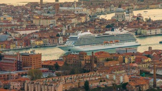 Die Viking Sea schiebt sich durch Venedig. Die Schwestern Viking Sky und Viking Sun werden nahezu baugleich sein.