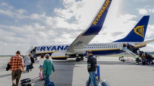 Ein Billigflug mit Ryanair kann teuer werden. Die Airline verweist oft auf eine umstrittene Klausel, mit der sie Entschädigungen - etwa bei Verspätungen - grundsätzlich ausschließen will.
