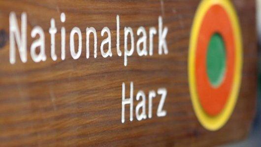 Im Wegesystem des Nationalparks Harz sorgen Hinweis- und Warnschilder für Orientierung. Die Schmuckschilder sind handgemacht - hergestellt in einer Wernigeröder Werkstatt.