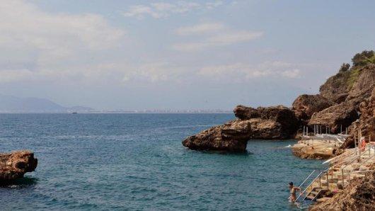 Warm genug zum Baden: Das Mittelmeer in Antalya erreicht noch 23 Grad.