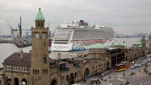 Auch die Häfen stellen die Megapötte vor Herausforderungen: Die Norwegian Epic ist eines der größten Kreuzfahrtschiffe, die jemals den Hamburger Hafen ansteuerten.