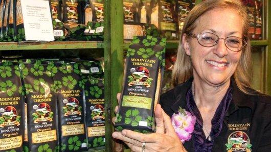 Mary Ellen führt Touristen durch die Kaffeeproduktion auf der Ushema-Farm. Die Plantage liegt auf mehr als 1000 Metern Höhe.