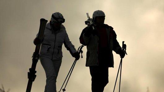 Am Abend eines Skitages gehören Stiefel und Stöcke nicht mehr an die Füße und in die Hände. im Tiroler Ort Ischgl wurde nun sogar ein abendliches Verbot verhängt.