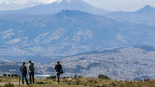 Ausblick auf Vulkane:Wer mit der Teleferiquo hinauf zum Rucu Pichincha gefahren ist, hat einen großartigen Blick auf den Cotopaxi.