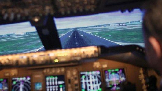 Wer im Winter nicht in ferne Länder fliegt, kann zumindest so tun:in einem Flugsimulator wie hier im Lufthansa Flight Training Center in Frankfurt.