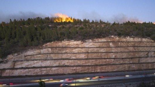 Die Feuerwehr in Israel kämpft mit Bränden in der Gegend von Haifa.