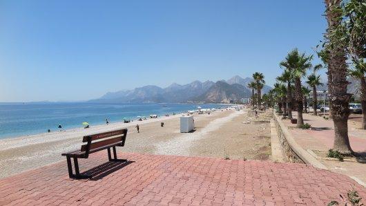 Am Strand Konyaalti in Antalya fanden sich 2016 nicht besonders viele Touristen ein.
