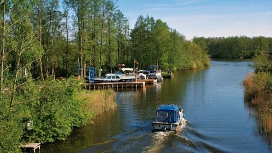 Abenteuer und Erholung auf dem Wasser: Die Mecklenburgische Seenplatte - hier bei Mirow - ist bei Freizeitkapitänen mittlerweile sehr beliebt.