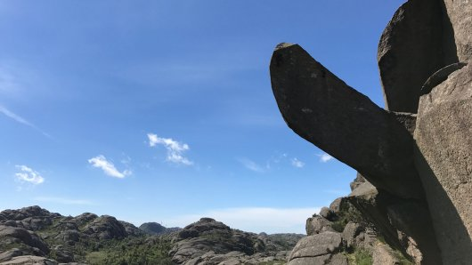 Der Trollphallus (Trollpikken), eine charakteristische Felsnase, ragt am 17.06.2017 in Kjervall am Egersund (Norwegen) in den Himmel. Wanderer entdeckten den rund drei Meter lange Stein am 24.06.2017 am Boden liegend. Spuren im Stein weisen darauf hin, dass der Phallus mit einer Bohrmaschine abgetrennt wurde.    (zu dpa Steinerner Trollphallus in Norwegen abgehackt - Spendenaufruf vom 25.06.2017) Foto: Ingve Aalbu/NTB scanpix/dpa +++(c) dpa - Bildfunk+++