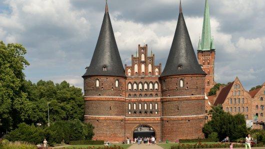 ARCHIV - Das Holstentor, aufgenommen am 09.08.2013 in Lübeck. Das Stadttor begrenzt die Altstadt der Hansestadt nach Westen. Lübeck, das mit seiner Altstadt zum Weltkulturerbe der Unesco gehört, ist zwei Tage lang Gastgeber einer internationalen Tagung von Welterbestätten. (zu dpa «Internationale Tagung zum Unesco-Welterbe in Europa» vom 05.10.2017) Foto: Sven Hoppe/dpa +++(c) dpa - Bildfunk+++