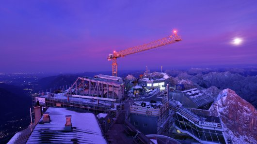 Lichter leuchten am 04.10.2017 auf der Baustelle für die neue Seilbahn auf der Zugspitze bei Grainau (Bayern). Foto: Angelika Warmuth/dpa +++(c) dpa - Bildfunk+++