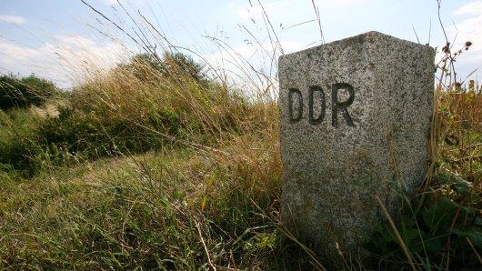 Ein Grenzstein erinnert an die ehemalige innerdeutsche Grenze auf dem Warteberg nahe Klettenberg. Tourismus, Naturschutz und Erinnerungskultur sollen an der ehemaligen innerdeutschen Grenze in Sachsen-Anhalt künftig Hand in Hand gehen.