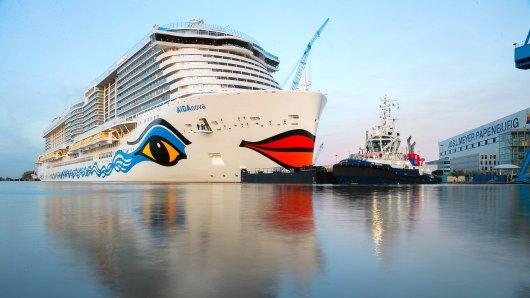 08.10.2018, Niedersachsen, Papenburg: Schlepper überführen das Kreuzfahrtschiff AIDAnova vom Hafenbecken der Meyer Werft in die Ems. Das Schiff der Rostocker Reederei AIDA Cruises wird am Mittwoch im niederländischen Eemshaven erwartet. Foto: Mohssen Assanimoghaddam/dpa +++ dpa-Bildfunk +++