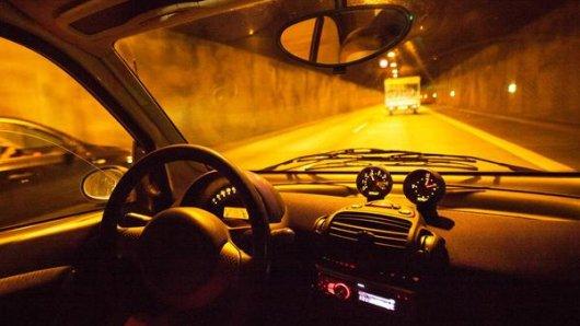 Das ungewohnte Licht und die enge Röhre können im Tunnel ein mulmiges Gefühl erzeugen.