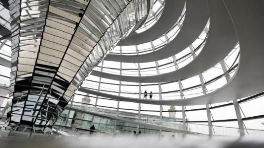 Wer einen Berlin-Besuch plant, sollte die Schließzeiten für die Reichstagskuppel beachten.
