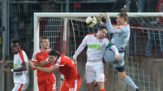 RWE-Keeper Robin Heller (r.) hatte sich seine Rückkehr nach Düsseldorf ganz anders vorgestellt.
