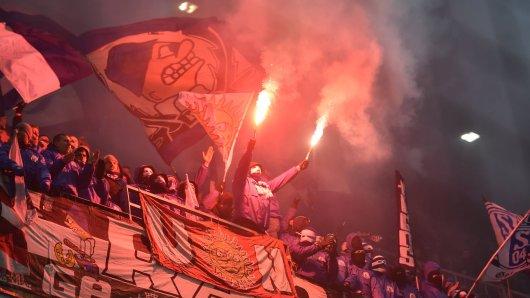 Teile des Schalker Anhangs fakelten in Salzburg mehrfach Pyrotechnik ab.