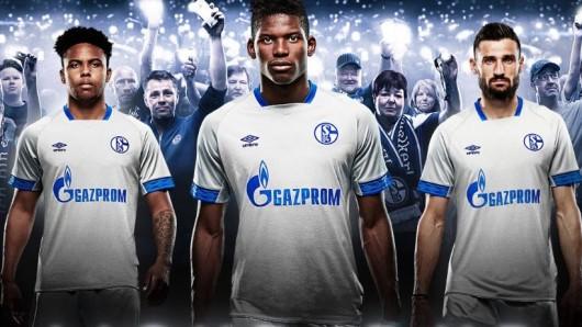 Das neue Auswärtstrikot des FC Schalke 04: Weston McKennie, Breel Embolo und Daniel Caligiuri gefällt das.