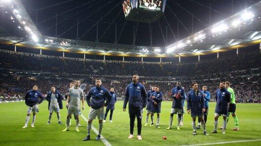 Nach dem Schlusspfiff in Frankfurt stehen die Schalker ratlos vor dem Gästeblock.