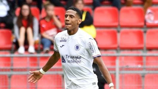 Der FC Schalke 04 soll an Jean-Clair Todibo interessiert sein.