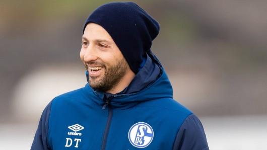 Auf Schalke hat Domenico Tedesco nach dem 2:1 gegen den VfL Wolfsburg allen Grund zu lachen.