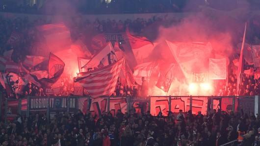 Vor dem Spiel zwischen Schalke und Düsseldorf zündeten die Fortuna-Fans Pyrotechnik und pöbelten während einer Schweigeminute.