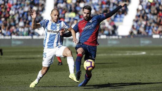 Für Schalke-Leihgabe Pablo Insua (rechts) ist die Saison bei SD Huesca gelaufen.