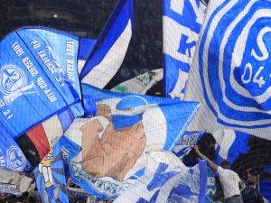 Bei einer Schlägerei auf den Rängen beim Spiel zwischen dem FC Schalke 04 und Manchester City wurde ein Fan lebensgefährlich verletzt. (Symbolbild)
