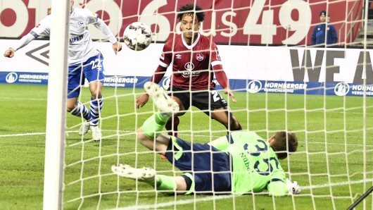 S04-Towart Alexander Nübel verhidnert den Rückstand im Spiel Nürnberg - Schalke.
